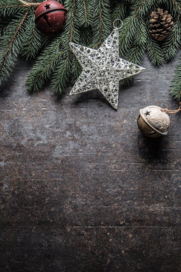 Top de conos del pino del árbol de abeto de los cascabeles de las decoraciones de la estrella de la Navidad de la visión en fondo fotografía de archivo