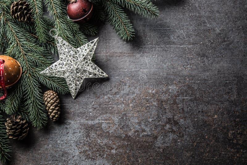 Top de conos del pino del árbol de abeto de los cascabeles de las decoraciones de la estrella de la Navidad de la visión en fondo foto de archivo libre de regalías