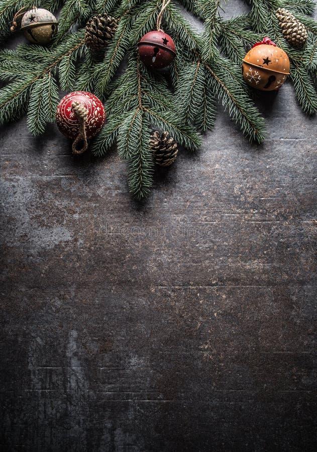 Top de conos del pino del árbol de abeto de los cascabeles de las decoraciones de la Navidad de la visión en fondo concreto libre foto de archivo