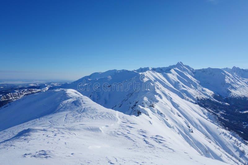 Top de Kopa Kondracka durante invierno con una opinión sobre Kasprowy Wierch, Zakopane, montañas de Tatry, Polonia fotografía de archivo