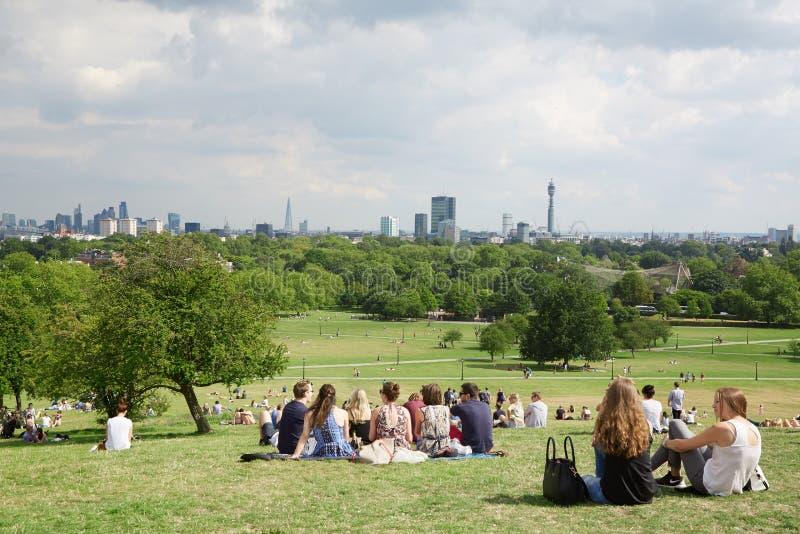 Top de la colina de la primavera con la opinión de la ciudad de Londres y gente en Londres imagen de archivo