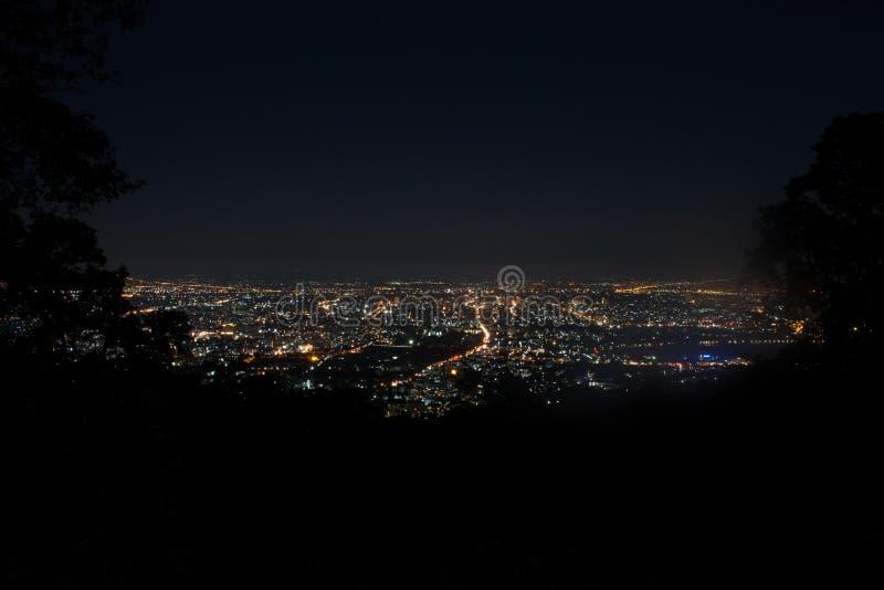 Top de la escena de la ciudad de la noche de la montaña Chiang Mai céntrico, semáforos fotografía de archivo