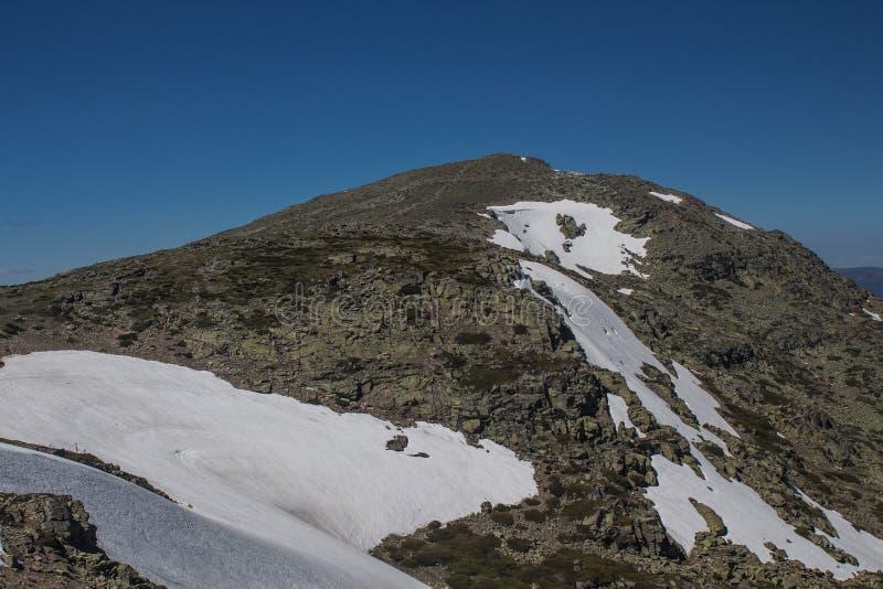 Top de la montaña con campo de nieve fotografía de archivo libre de regalías