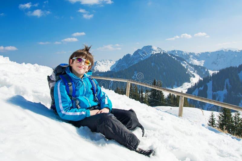 Top de la montaña del invierno del niño del muchacho imagenes de archivo