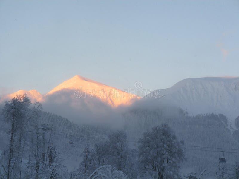 Top de la montaña Nevado en la puesta del sol imagen de archivo libre de regalías
