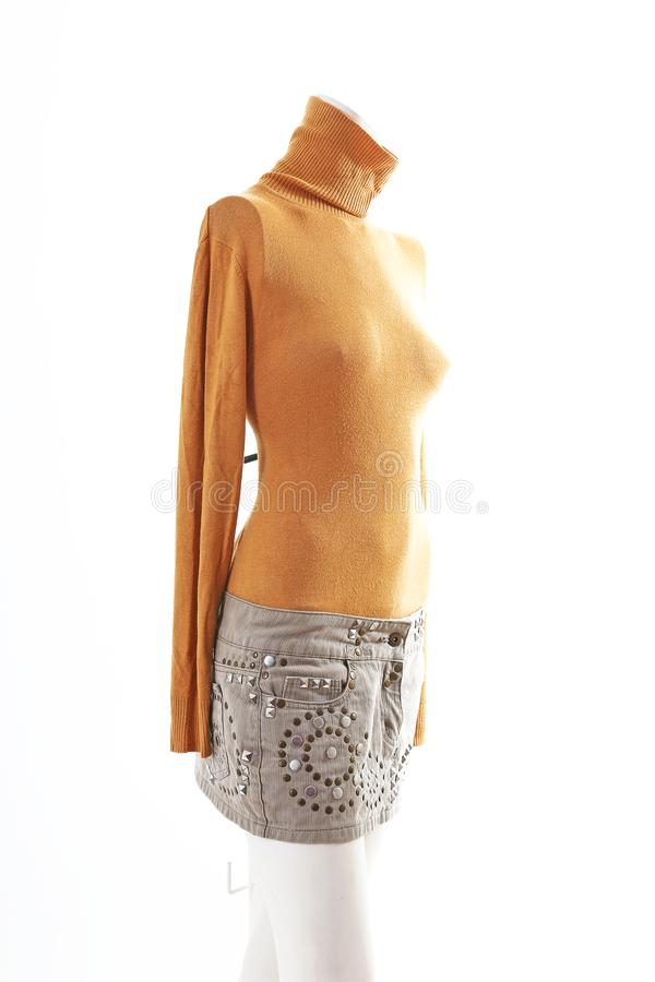 Top de la naranja y mini falda beige en la exhibición completa del body shop del maniquí Estilos de la moda de la mujer, ropa en  fotos de archivo