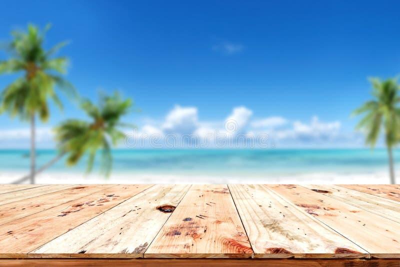 Top de la tabla de madera con el fondo del mar borroso y del cielo azul foto de archivo