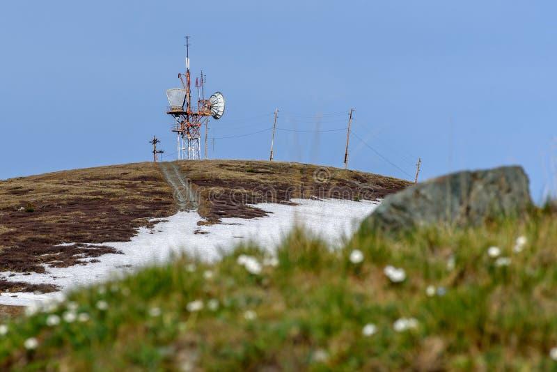 Top de la torre de las telecomunicaciones del repetidor de las montañas foto de archivo libre de regalías