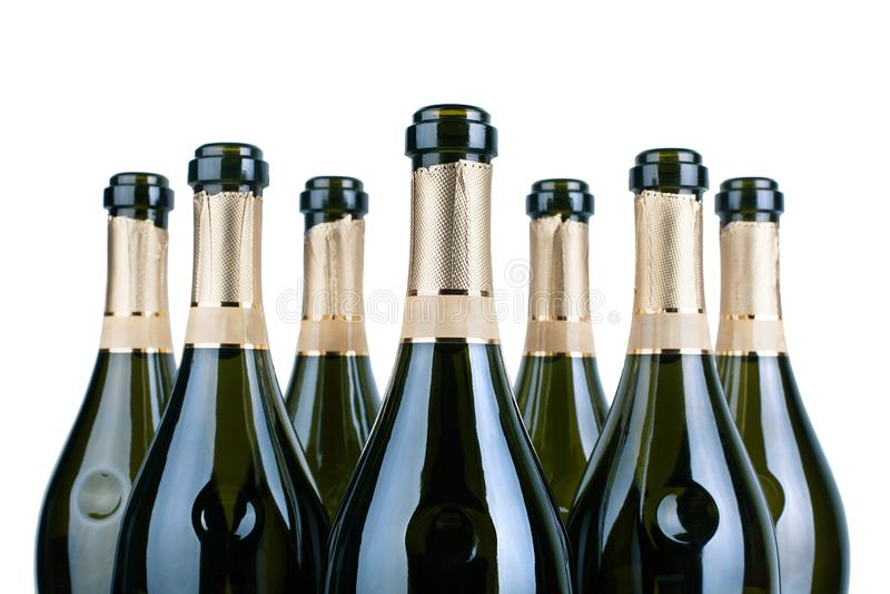 Top de las botellas del champán o del cuello abiertas de los botlles del vino espumoso con la etiqueta de oro en filas en cierre  imágenes de archivo libres de regalías