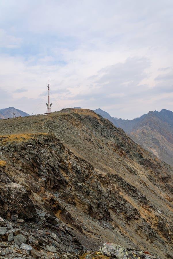 Top de las montañas de la torre de las telecomunicaciones foto de archivo
