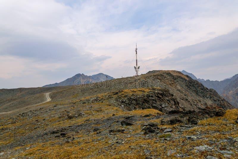 Top de las montañas de la torre de las telecomunicaciones imagenes de archivo