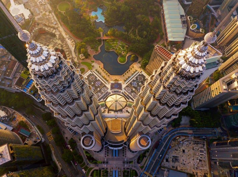 Top de las torres gemelas de Petronas Opinión aérea Kuala Lumpur Downtown, Malasia Distrito y centros de negocios financieros en  foto de archivo libre de regalías