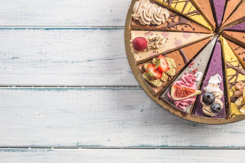 Top de mini tortas crudas de la visión en la tabla de madera fotografía de archivo