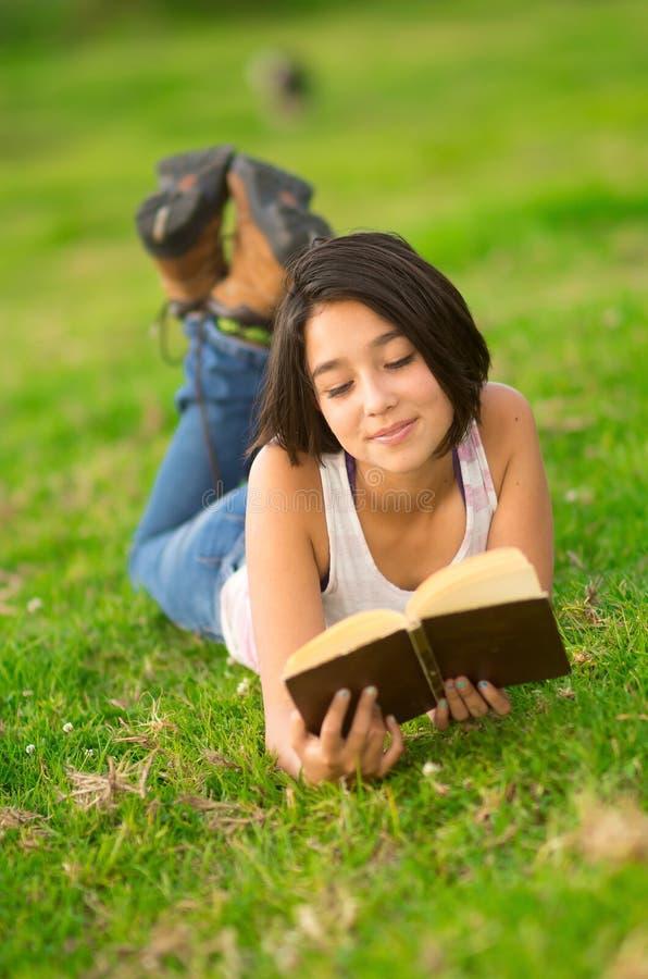 Top del blanco de la muchacha que lleva hispánica bastante adolescente y fotografía de archivo libre de regalías
