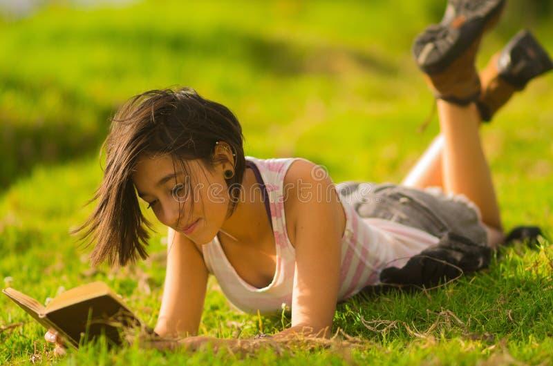 Top del blanco de la muchacha que lleva hispánica bastante adolescente y imagen de archivo libre de regalías