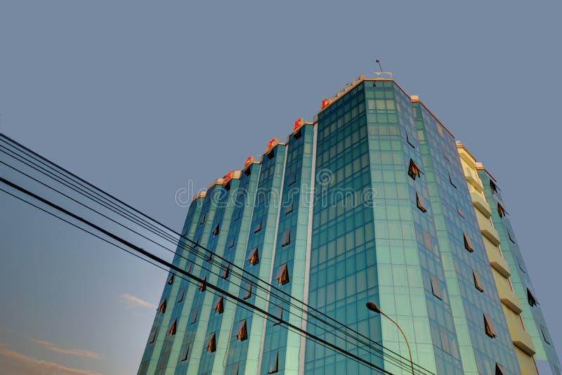 Top del hotel moderno en Lima Peru Against un cielo azul y con los cables en el primero plano imagen de archivo