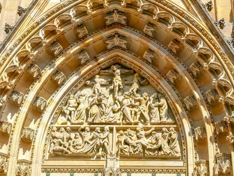 Top del portal principal del St Vitus Cathedral, Praga fotos de archivo