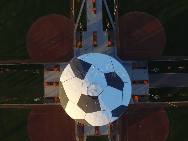 Top down Luchtbeeld van Watertoren die als Sporten Complexl, Ripon Californi? wordt geschilderd van een van de Voetbalbal Mistlin stock afbeeldingen