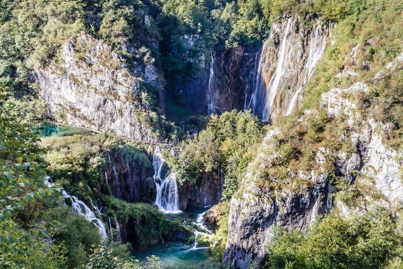 Top-down mening van de bergen met vele watervallen stock foto