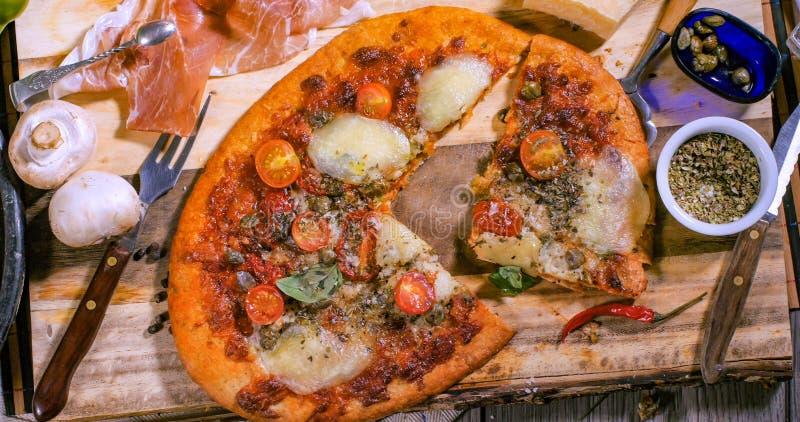 Top down mening van een pizzamargherita royalty-vrije stock foto's