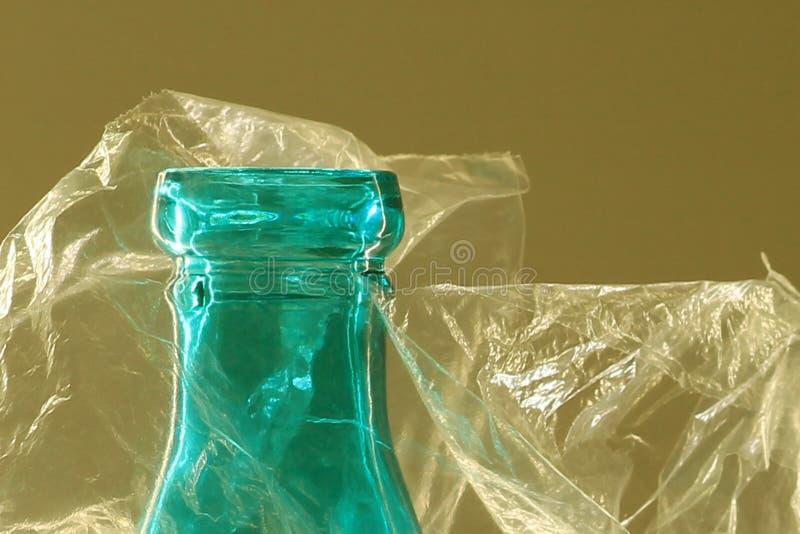 Top macro de la botella de cristal en bolso de plástico transparente fotografía de archivo libre de regalías