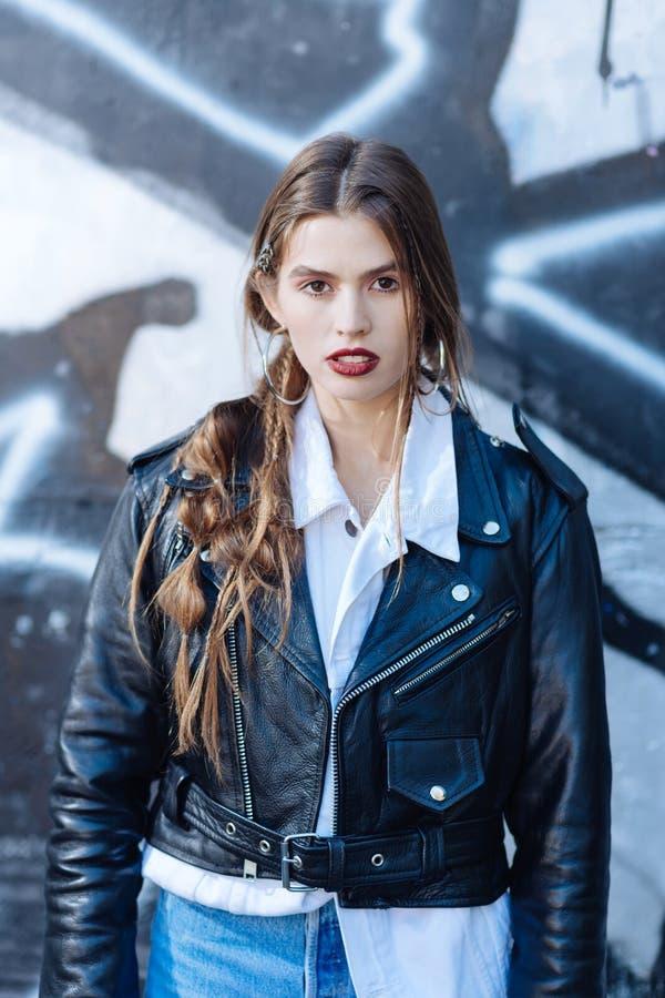 Top model famosa che indossa i vestiti d'avanguardia dalla nuova raccolta fotografie stock
