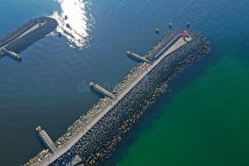 Top a?reo abajo de la opini?n sobre los rompeolas del mar y la entrada del puerto de la nave fotos de archivo libres de regalías