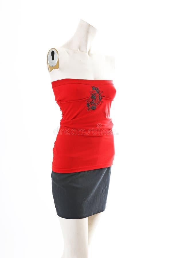 Top rojo con la falda negra en la exhibición completa del body shop del maniquí Estilos de la moda de la mujer, ropa en el fondo  imagen de archivo