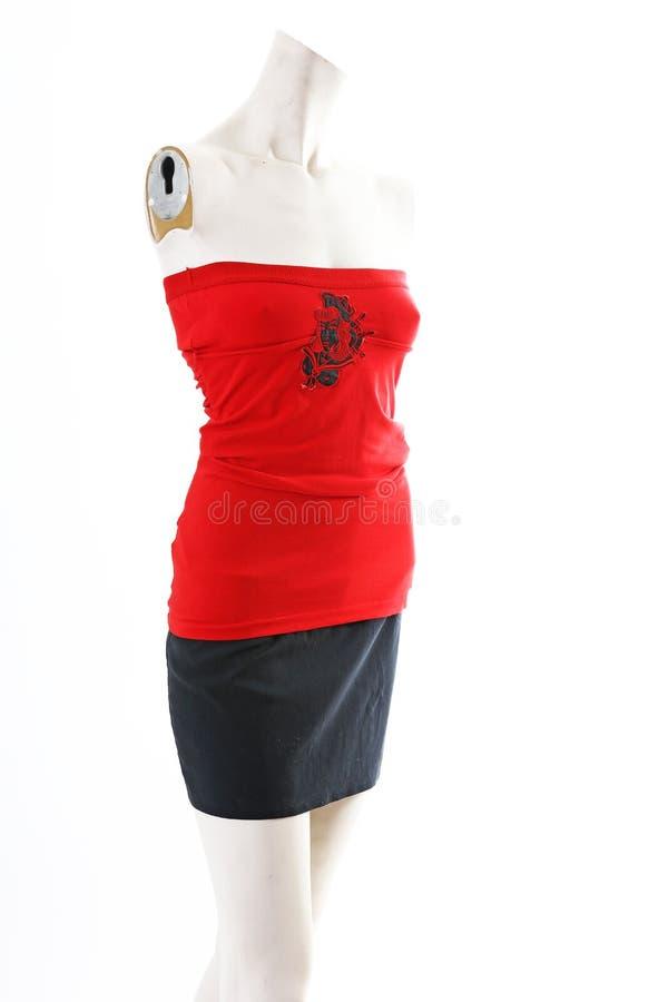 Top rojo con la falda negra en la exhibición completa del body shop del maniquí Estilos de la moda de la mujer, ropa en el fondo  foto de archivo libre de regalías