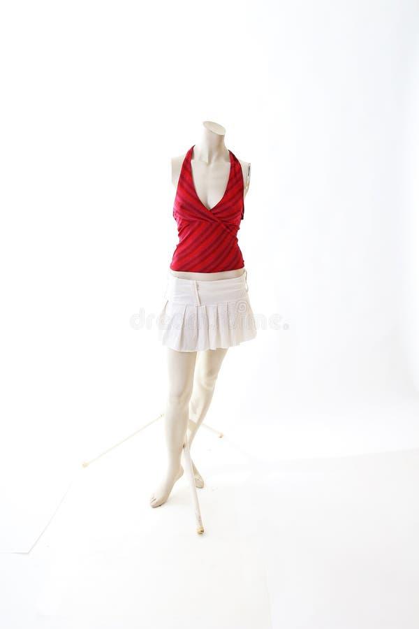 Top rojo y mini falda blanca en la exhibición completa del body shop del maniquí Estilos de la moda de la mujer, ropa en el fondo imagen de archivo libre de regalías