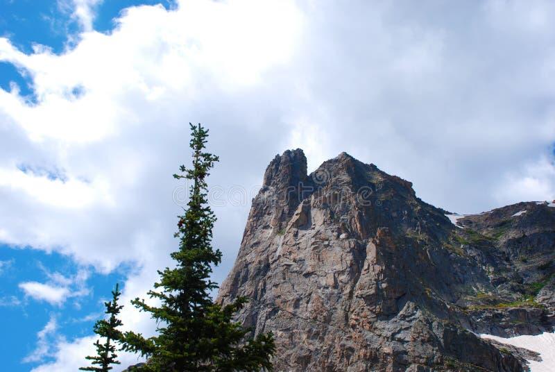 Download Top Tegen Een Stormachtige Hemel Stock Foto - Afbeelding bestaande uit rockies, taai: 10782822
