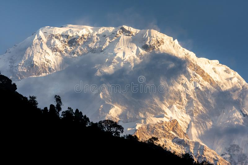 Top van Annapurna-Zuiden door wolken in het Himalayagebergte wordt omringd dat royalty-vrije stock afbeelding
