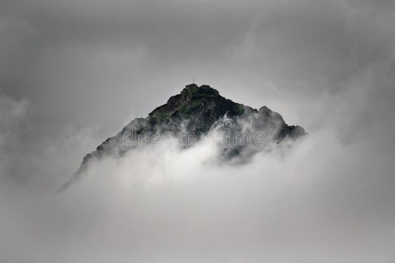 Top van een berg in de wolken stock afbeelding