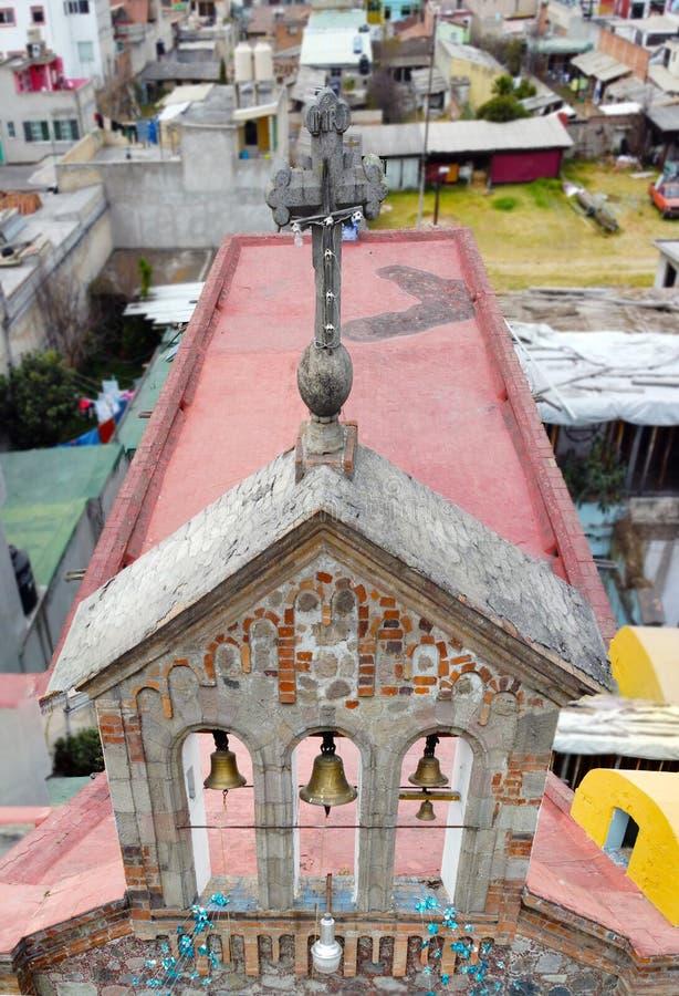 Top van een kerk riemen en kruisingen stock afbeelding