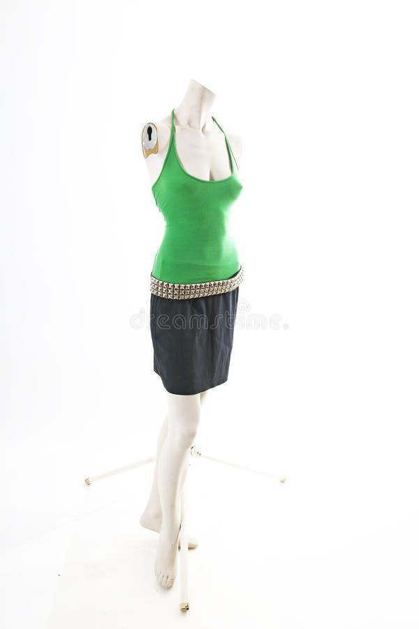 Top verde y falda negra en la exhibición completa del body shop del maniquí Estilos de la moda de la mujer, ropa en el fondo blan fotos de archivo libres de regalías