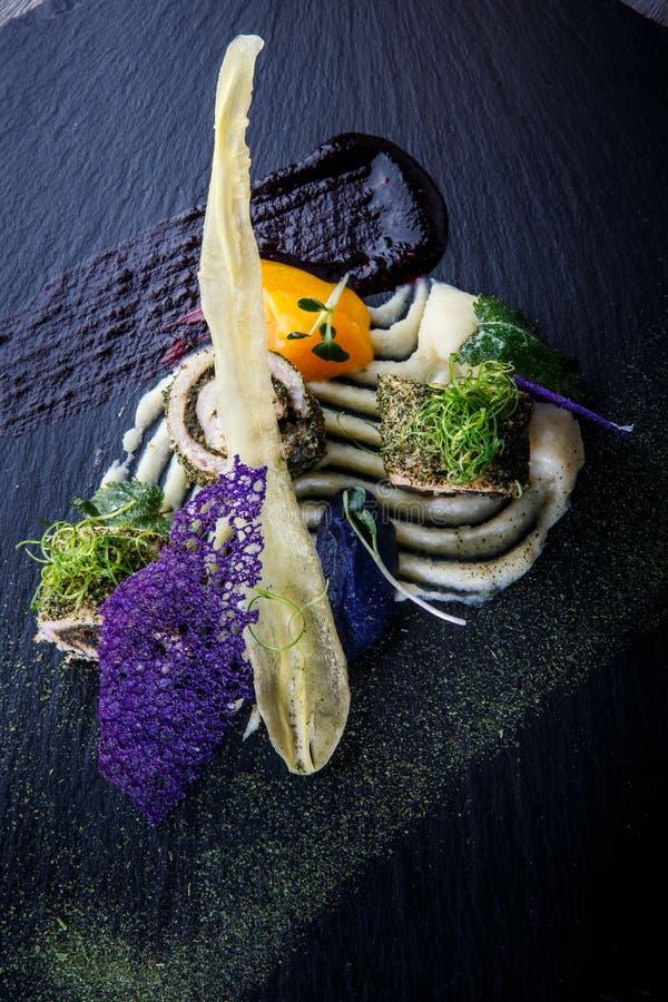 Top-View in der Nähe exklusiv dekorierte Fischrollen mit Kräutern stockfoto