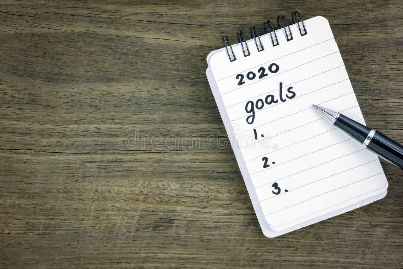 Top view 2020-doelen lijst op notepad stock afbeelding