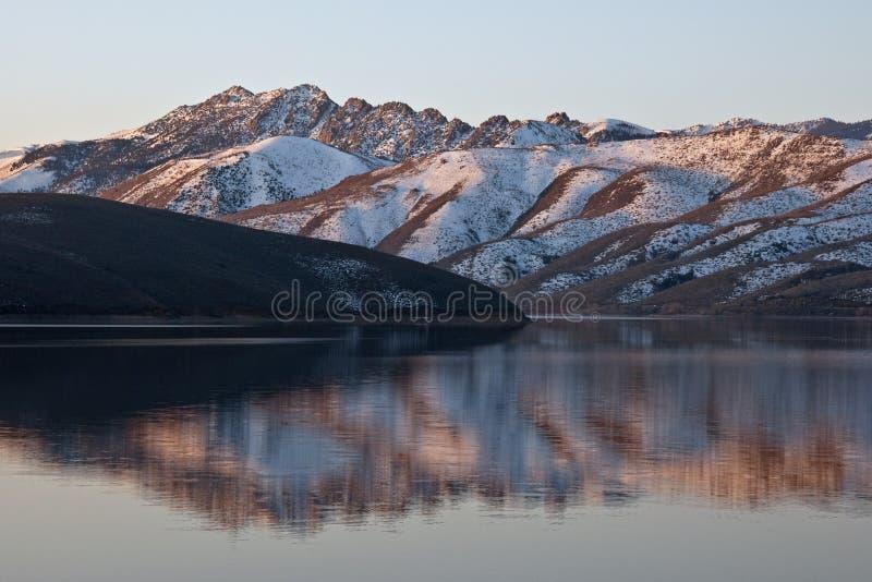 topaz отражения озера стоковое изображение