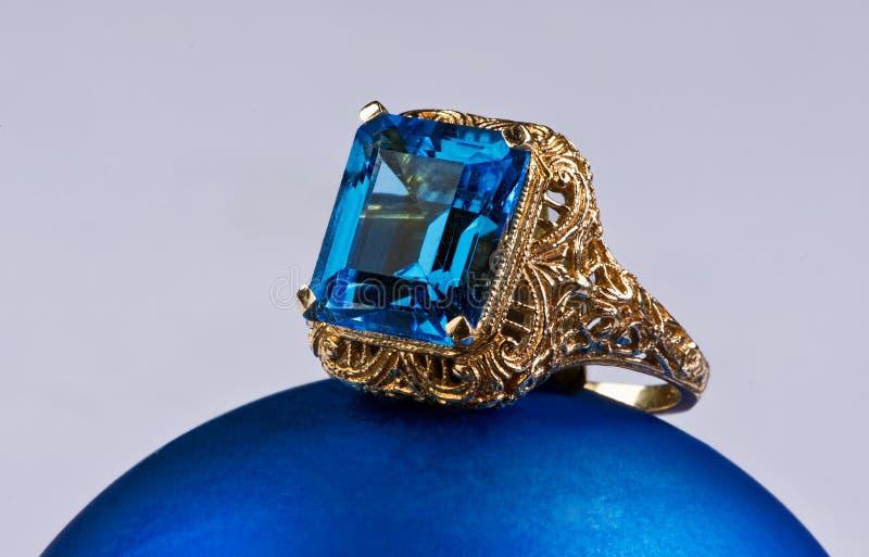 Topaz Gold Ring blu. fotografia stock libera da diritti