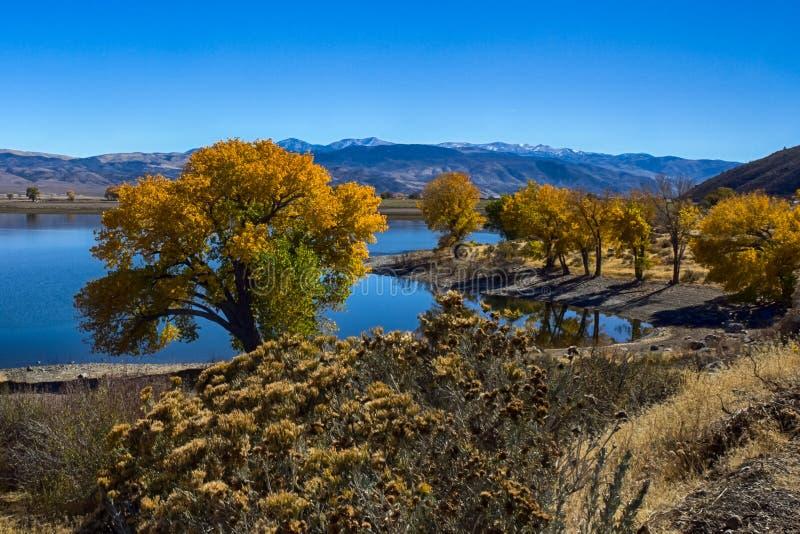 Topaz Lake en la estación del otoño fotografía de archivo