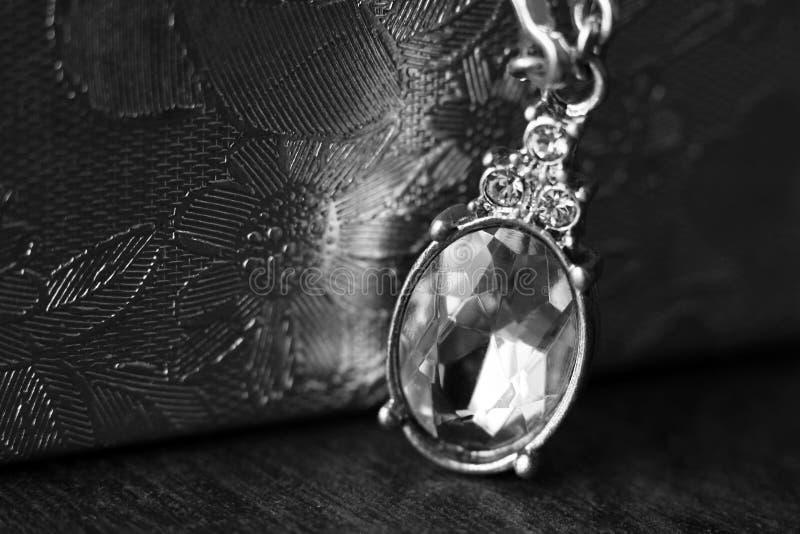 Topazowa diament kropli bonkrety kształta gemstone halo kolia na łańcuchu, czarny i biały obrazy stock