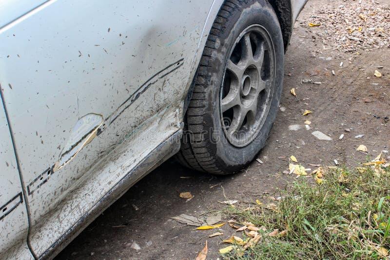 Tope sucio roto del coche cuando la primera nieve imagenes de archivo