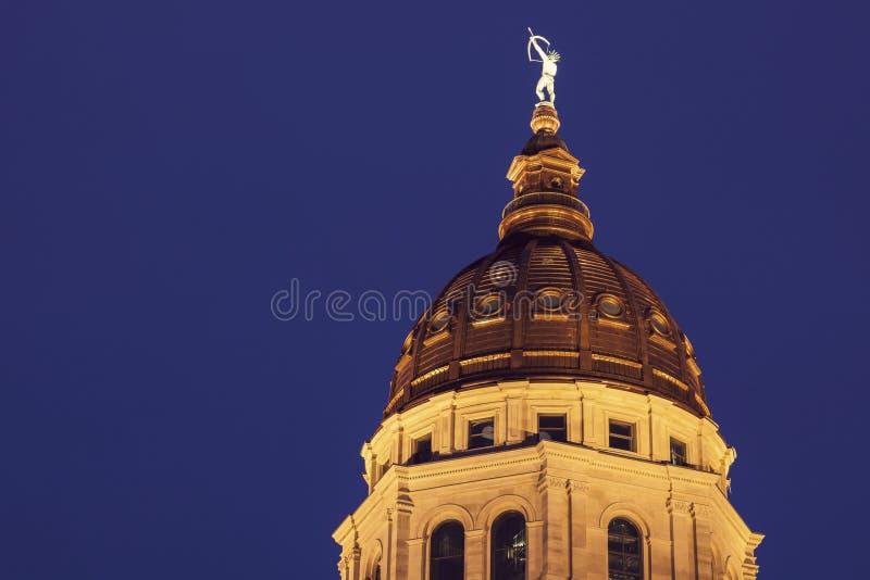 Topeka, Kansas - Eingang, zum des Kapitol-Gebäudes anzugeben lizenzfreie stockfotos