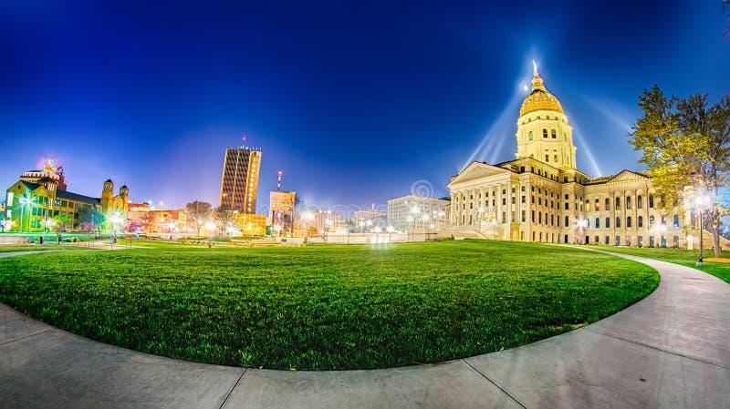 Topeka kansas som är i stadens centrum på natten royaltyfria bilder