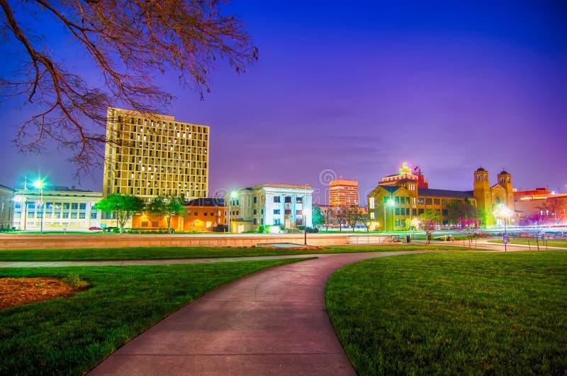 Topeka kansas som är i stadens centrum på natten arkivfoton