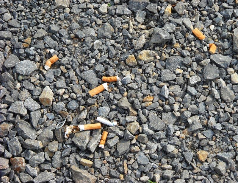 Topes de cigarrillo dispersados fotos de archivo libres de regalías