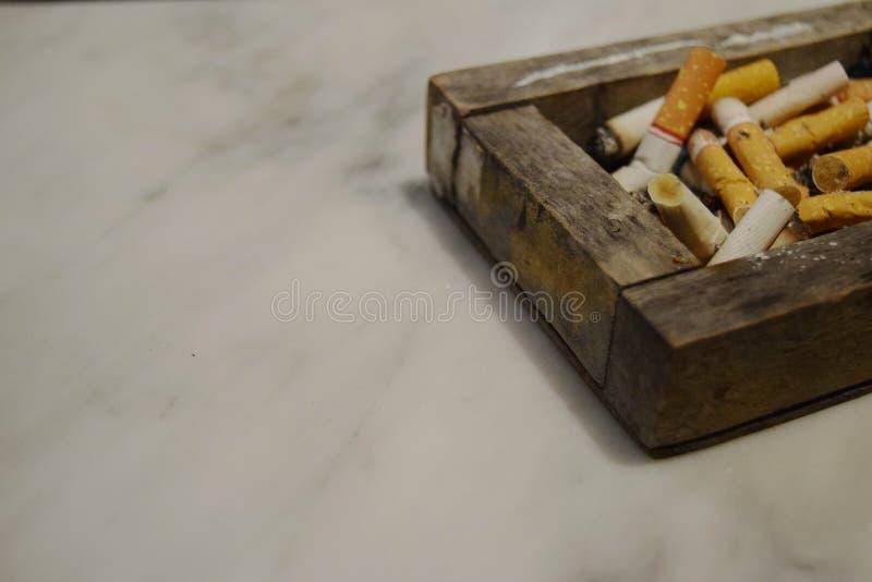Topes de cigarrillo El fumar es malo imagen de archivo libre de regalías