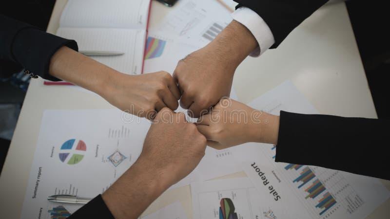 Topetón del puño Mano de los hombres y de las mujeres de negocios en sus escritorios Busine fotografía de archivo