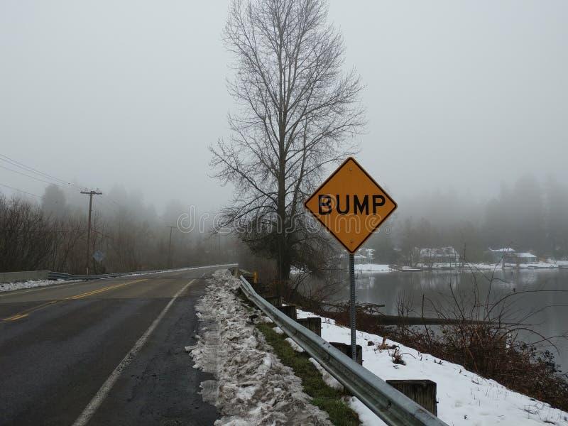 Topetón en un camino nevoso foto de archivo libre de regalías