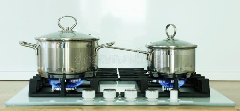 Topf auf dem Gasherd in der Küche stockfotos